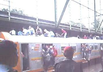 Penumpang KA Jabotabek di Stasiun Tebet melimpah ke pintu dan ke atap