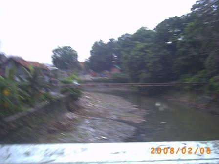 Kali Ciliwung setelah pintu Air Manggarai di jalan Matraman-Proklamasi dasar sungainya terlihat