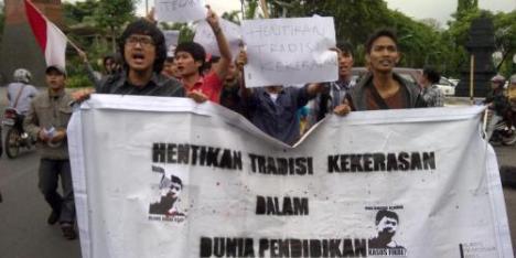 Aksi mahasiswa asal Mataram menggelar aksi mengecam kematian Fikri yang meninggal saat mengikuti ospek yang dilaksanakan Institut Teknologi Nasional (ITN) Malang, Jawa Timur, Senin (9/12/2013). | KOMPAS.com/Yatimul Ainun