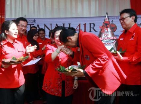 Jokowi Cium Tangan Megawati 2