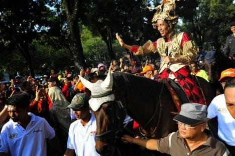 Jokowi kuda dipegangin
