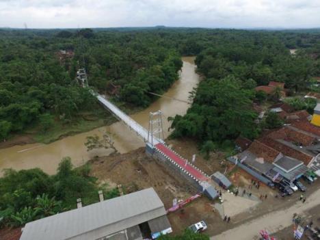 Jembatan untuk Desa Terisolir